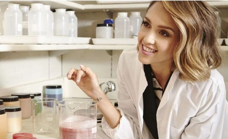 Jessica Alba presenta il make up di Honest Beauty